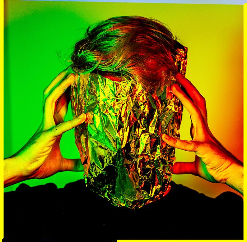 Mann mit Alufolie um den Kopf