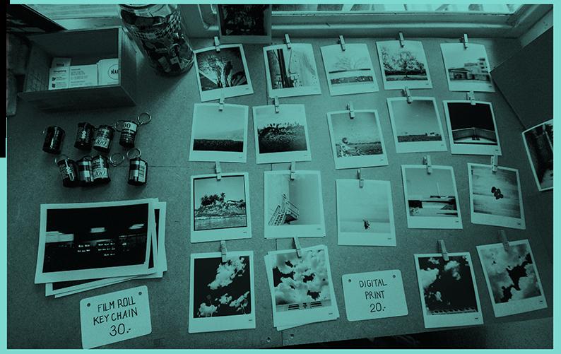 Viele Poloaroid-Fotos auf Tisch